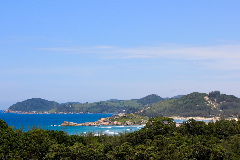 Praia da Ferrugem vista do morro com o Sambaqui ao centro.